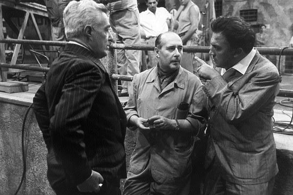 """""""Il generale Della Rovere"""" (1959). Vittorio de Sica, Roberto Rossellini e Federico Fellini in visita al set [ph. Vittorugo Contino]"""