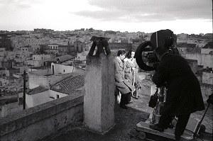 """""""Anni ruggenti"""" di Luigi Zampa (1962). Nino Manfredi, Michéle Mercier e Luigi Zampa [ph. Vittorugo Contino]"""